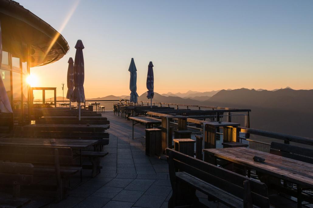 Die ersten Sonnenstrahlen treffen auf unsere Terrasse