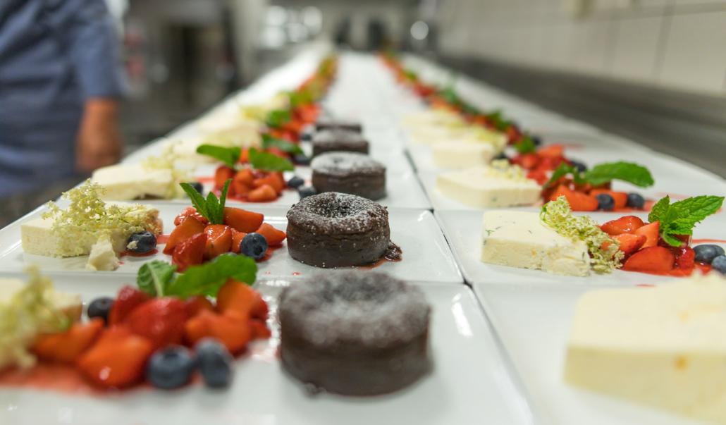 Holunderblütenparfait, Erdbeeren und warmer Schokoladenkuchen