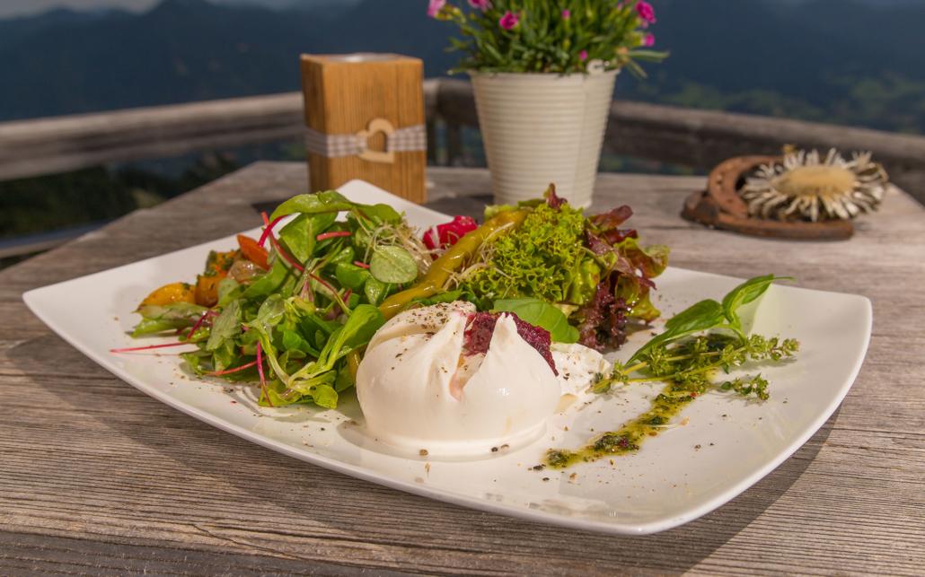 Salatplatte mit Burrata